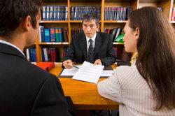 Rechtsanwälte können das Eintreiben von Schulden professionell erledigen.