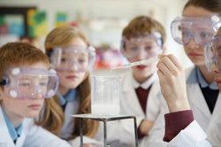 Der Unterschied zwischen Chemie und Physik zeigt sich beim Experimentieren.