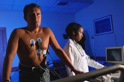 Ein Belastungs-EKG kann als Beweis dienen.