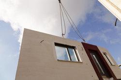 Je nach Fertigungsgrad werden fertige Wände angeliefert.