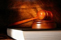 Beim Vollziehungsgericht kann ein Beschluss zur Lohnpfändung erwirkt werden.