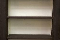 Bohrlöcher in Regalen bieten Mauerbienen ideale Bedingungen.