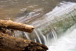 Ein Kleinwasserkraftwerk hat sowohl Vor- als auch Nachteile.