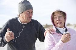 Ein MP3-Player für Senioren vertreibt die Langeweile beim Joggen.