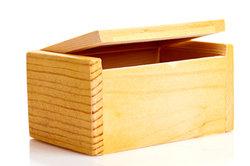 Bauen Sie eine praktische Holzkiste für den Garten.