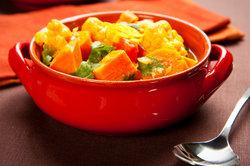 Ein Gemüsecurry wird ohne Fleisch zubereitet.