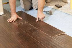Ein Vinylboden lässt sich auf Warmwasser-Fußbodenheizungen verlegen.