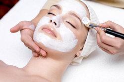 Oft fehlt es einer schlaffen Gesichtshaut an Pflege und Nährstoffen.
