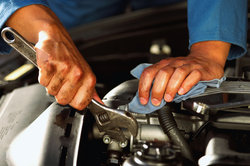 Kfz-Techniker arbeiten unter anderem in Autowerkstätten.