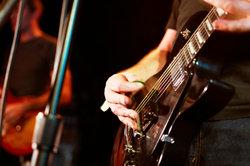 Das Spielen auf der E-Gitarre erlernen