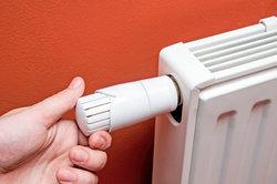 Einen Thermostat an der Heizung tauschen.
