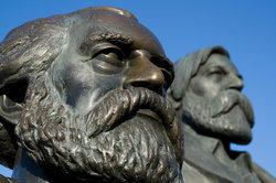 Karl Marx und Friedrich Engels gelten als Begründer des Marxismus.