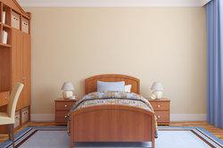 Einen Lattenrost am Bett befestigen