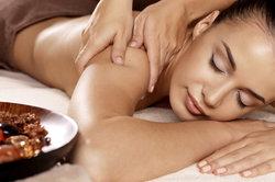 Eine sinnliche Massage sorgt für das gewisse Knistern.