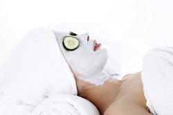 Eine Gurkenmaske wird Ihre Haut strahlender aussehen lassen.