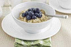Bereiten Sie zum Beispiel warmen Haferbrei zum Frühstück vor.