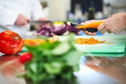 Die Arbeit als Küchenhilfe erfordert Stressresistenz.