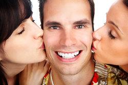 Kuss-Spiele sorgen auf Partys für viel Spaß.