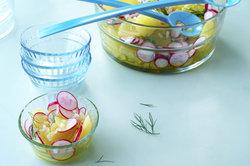 Ein Kartoffelsalat mit Brühe verfeinert eignet sich besonders gut für den Sommer.