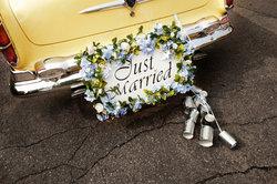 Dosen am Auto sind ein typischer Hochzeitsbrauch.