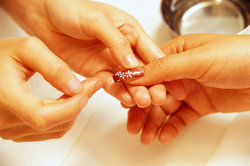 Einige Maniküremaßnahmen können die Fingernägel erheblich aufwerten.