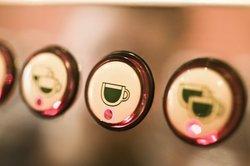 Kaffeemaschinen sollten in regelmäßigen Abstänfdrn vom Kalk befreit werden.