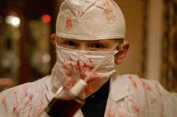 An Halloween ist ein blutverschmiertes Arztkostüm sehr gruselig.