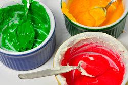 Lebensmittelfarben kann man beispielsweise in Apotheken kaufen.