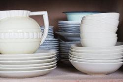 Porzellan geht beim Polterabend traditionell zu Bruch.