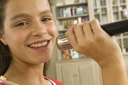 Bei Sängerin Hannah Montana darf das Mikrofon nicht fehlen.