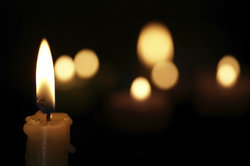 Eine Kerze kann man ganz leicht herstellen.