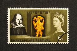 Links auf der Briefmarke ist Shakespeare zu sehen.