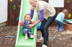 Kinder fühlen sich auf einem Spielplatz meistens sehr wohl.