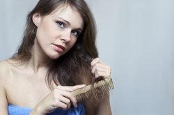 Gerade sehr trockenes Haar braucht die richtige Pflege.