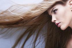 Warum Haare splissen, hat viele Ursachen.
