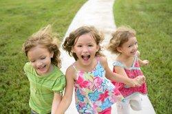 Eine Schatzsuche ist das perfekte Spiel für einen Kindergeburtstag.