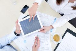 Die Intangibilität von Dienstleistungen kann durch verschiedene Mittel kompensiert werden.