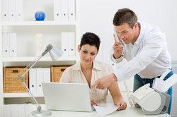 Büroarbeit kommt ohne moderne Kommunikationstechnik nicht aus