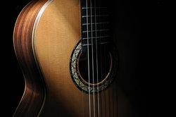 Schon mit wenigen Griffen lassen sich Lieder auf der Gitarre begleiten.