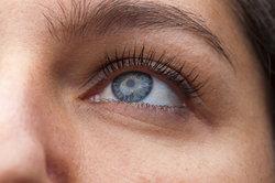 Färben Sie Ihre Brauen nur mit spezieller Augenbrauenfarbe.