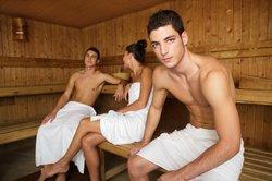 In der Sauna treffen beide Geschlechter aufeinander.