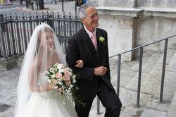 Für Braut und Brautvater ist die Hochzeit ein berührender Tag.