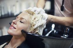 Eine Haarkur wird vor dem Ausspülen aufemulgiert.
