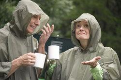 BW-Regenponchos schützen nicht nur Soldaten vor Nässe.