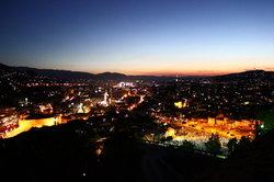 Bosnien bei Nacht in Weihnachtsstimmung.