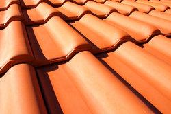 Die Kosten für Dachziegel variieren je nach Anbieter, Matrial und Art teilweise erheblich.