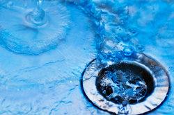 Das Abwasser im Garten kann in einem Abwassertank aufgefangen werden.