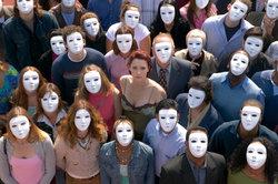 Hinter einer Maske kann der Mensch verschwinden.