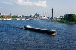 Der Rhein gehört zu den größten und verkehrsreichsten Wasserstraßen Deutschlands.