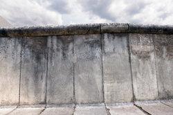 Eine Mauer trennte die DDR und die BRD.